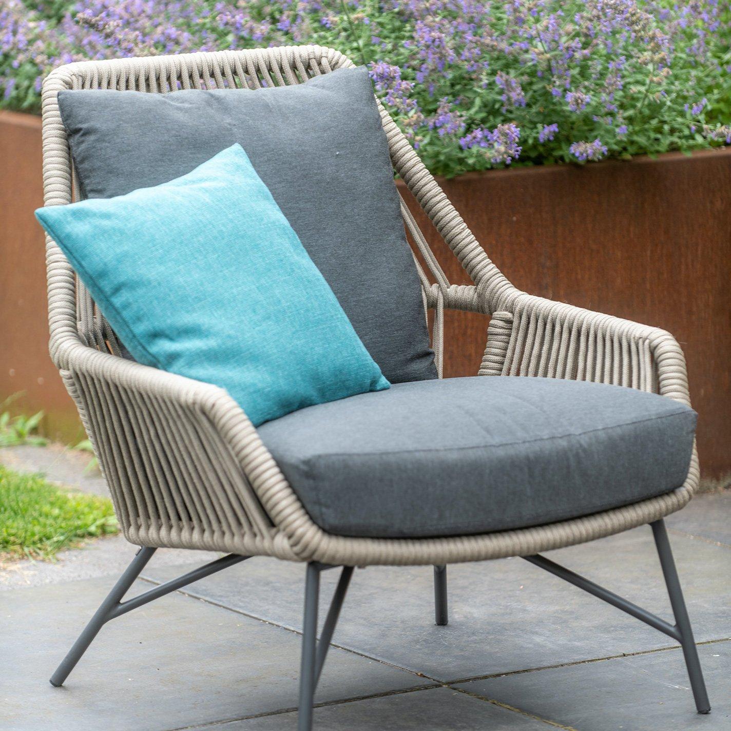 Gartenstuhl mit blauem Kissen
