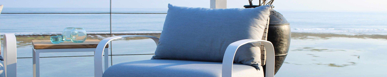 grauer Sessel vor Meerkulisse