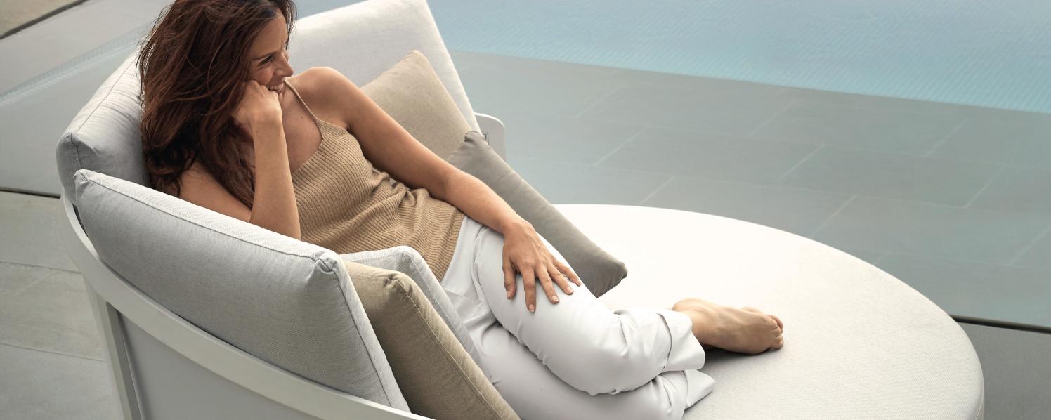 Frau auf weißem Daybed